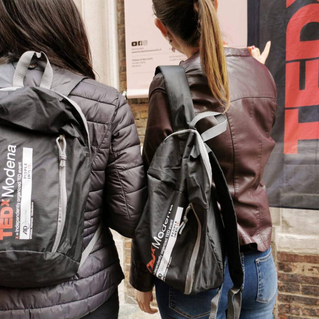 ragazze con zainetti brandizzati AD Consulting Tedxmodena
