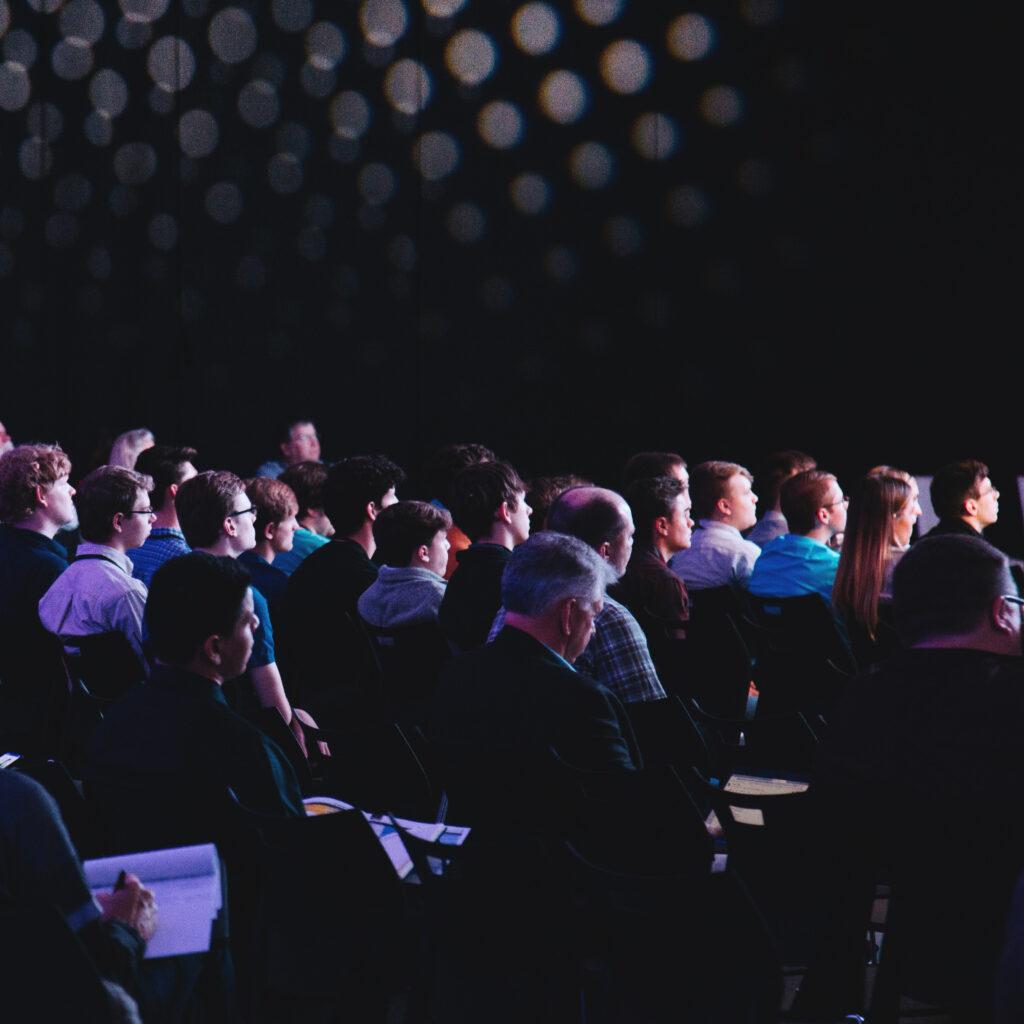 persone che assistono alla conferenza di Illuminotronica