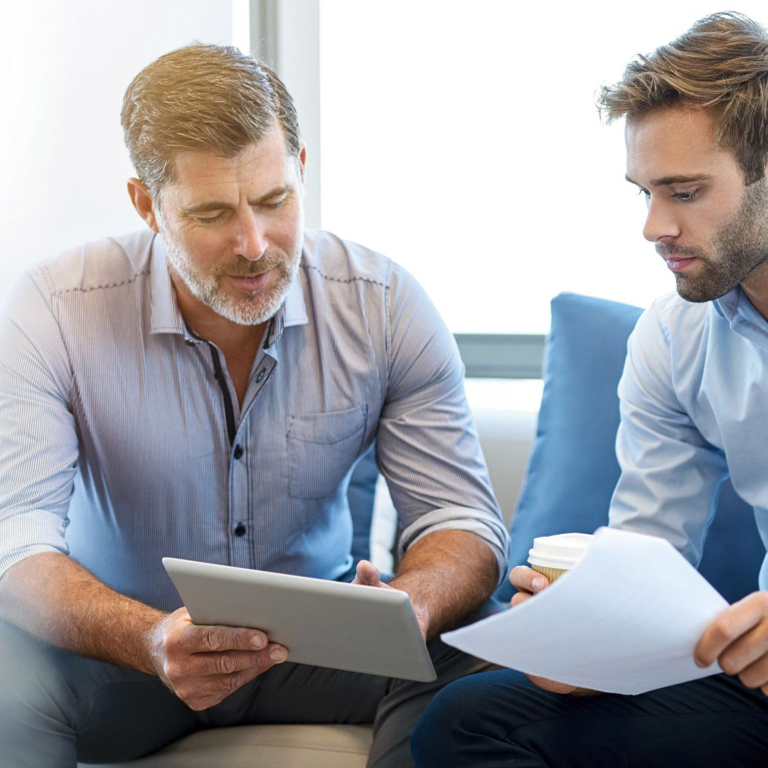 due uomini guardano un tablet