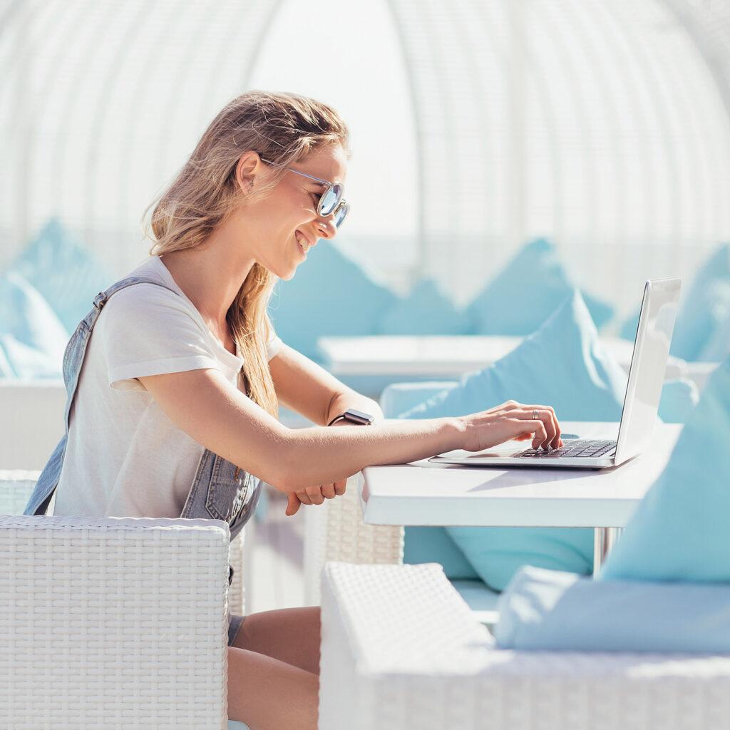 ragazza al computer con occhiali da sole