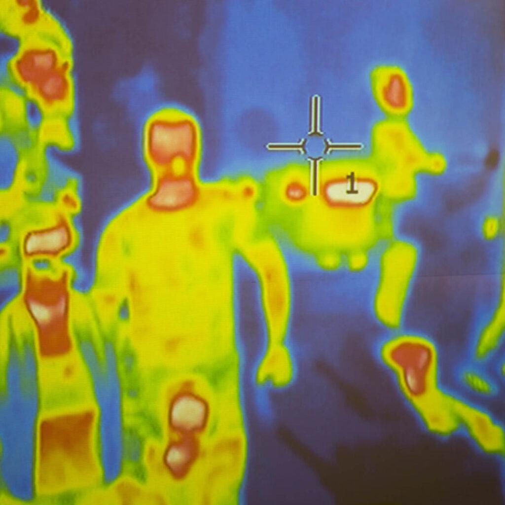 persone riprese da telecamere con sensori termici