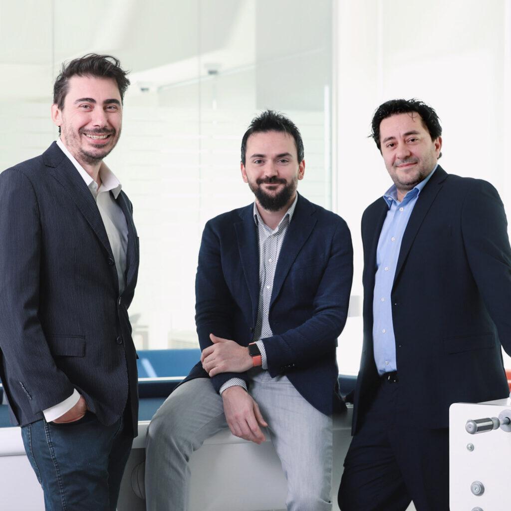 immagine con tre uomini in piedi